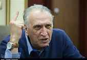 احمد نجفی درب خانه شماره 2 سینما را با گچ و سیمان پوشاند