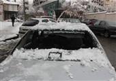 شکسته شدن شیشه پژو 405 به علت ریزش برف + تصاویر