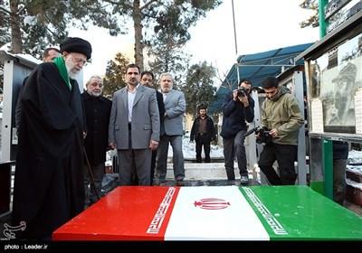 حضور مقام معظم رهبری بر سر مزار شهید چمران