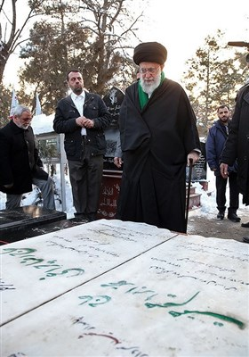 حضور مقام معظم رهبری در کنار یادمان شهیدان همت و چراغی