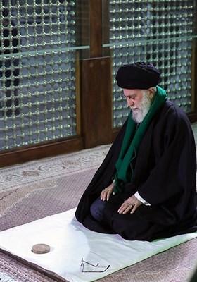 اقامه نماز مقام معظم رهبری در مرقد مطهر حضرت امام خمینی(ره) بنیانگذار انقلاب اسلامی