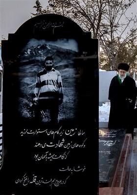حضور مقام معظم رهبری بر سر مزار شهید حسن طهرانی مقدم