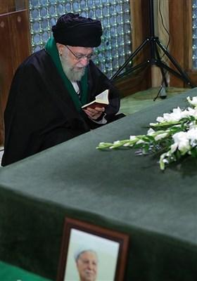 حضور مقام معظم رهبری بر سر مزار آیتالله هاشمی رفسنجانی رئیس فقید مجمع تشخیص مصلحت نظام