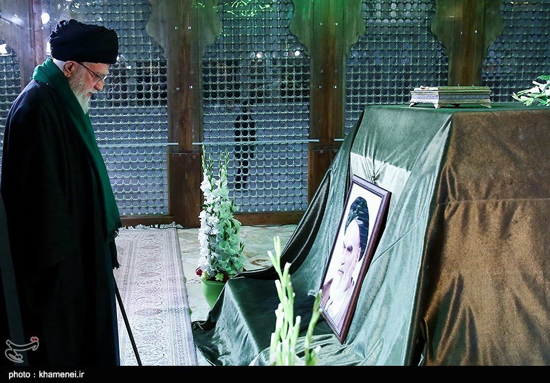 Leader Pays Tribute to Late Founder of Islamic Republic, Martyrs (+Photos)