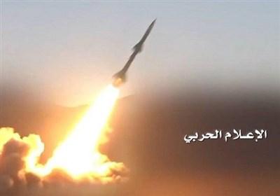"""ارتش یمن با موشک بالستیک """"بدر 1"""" پادگان متجاوزان را در هم کوبید"""