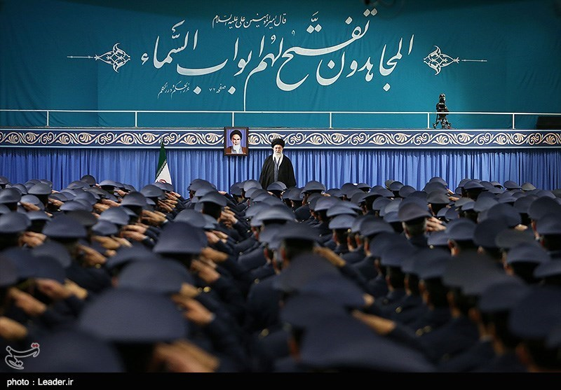 الامام الخامنئی: مسیرات انتصار الثورة الاسلامیة لهذا العام ستکون مذهلة