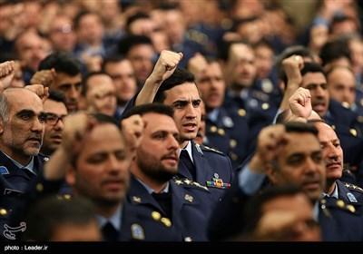 الامام الخامنئی یستقبل عددا من قادة وافراد القوات الجویّة