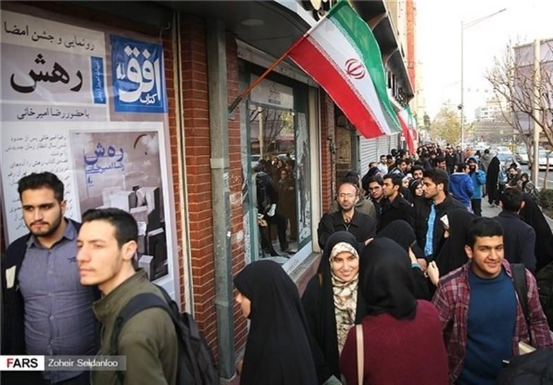 """ایران کے معروف ادیب """"رضا امیرخانی"""" کی ناول """"ر ہ ش"""" خریدنے کیلئے قطاریں لگ گئیں + تصاویر"""