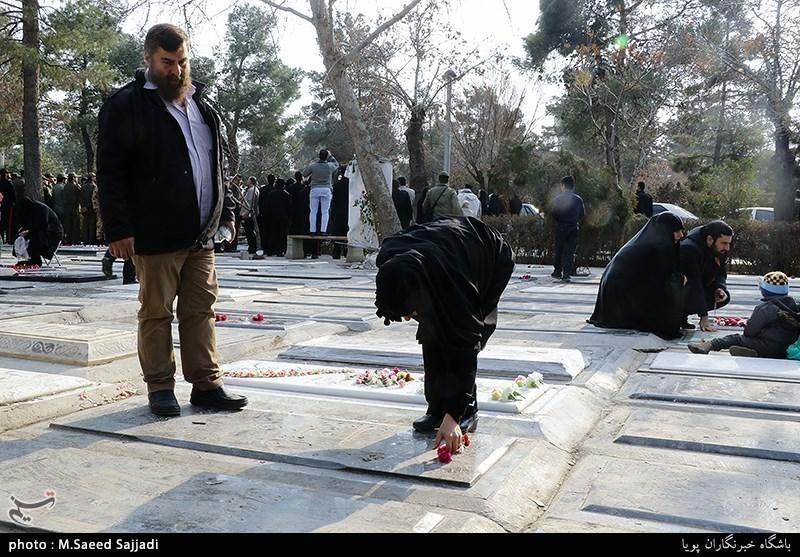 عشرہ فجر   شہداء کے مزاروں سے غبار ہٹانے اور پھول چڑھانے کے مراسم