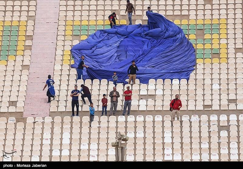 حاشیه دیدار استقلال خوزستان - پرسپولیس| آغاز بازی با تاخیر و توقف مسابقه به دلیل پرتاب سنگ/ آتش زدن پرچم پرسپولیس