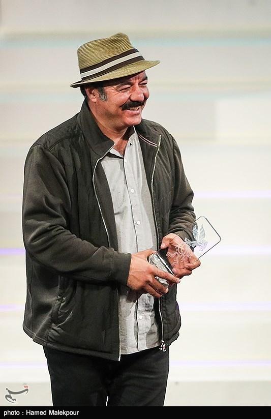 کامبوزیا پرتوی سیمرغ بلورین بهترین فیلمنامه را که برای فیلم کامیون دریافت کرده بود به سعید آقاخانی بازیگر این فیلم تقدیم کرد