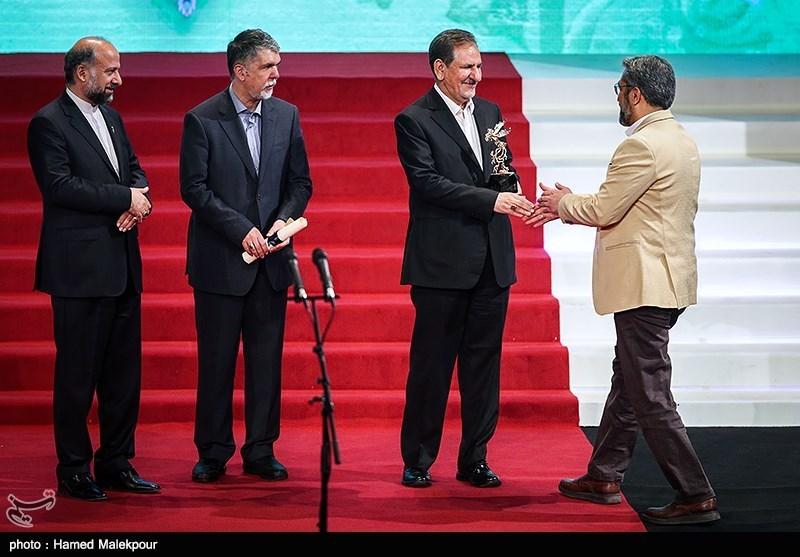اهداء سیمرغ زرین بهترین فیلم از نگاه ملی به سیدحامد حسینی تهیهکننده فیلم سرو زیر آب