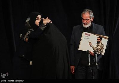 تقدیر از نوالحلی خبرنگار و گزارشگر مستند زنانی با گوشوارههای باروتی توسط خانواده شهید مدافع حرم معز غلامی