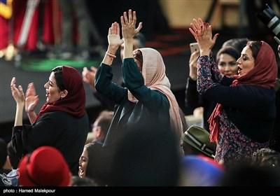 شادی جمعی از بازیگران هنگام اعلام اهداء سیمرغ بلورین بهترین بازیگر مکمل زن به سحر دولتشاهی برای فیلم عرق سرد و چهارراه استامبول