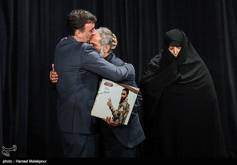 خانواده شهید مدافع حرم معز غلامی در مراسم اختتامیه سیوششمین جشنواره فیلم فجر