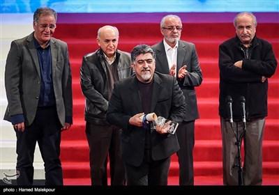 اهداء سیمرغ بلورین بهترین طراحی صحنه به عباس بلوندی برای فیلم سرو زیر آب