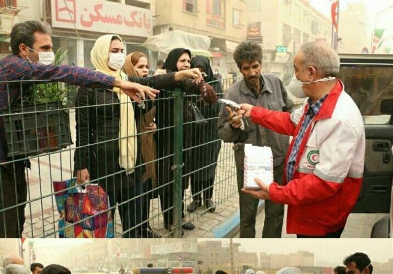 عکس|توزیع ماسک در مرکز شهر اهواز