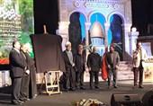 """رونمایی و اهدای جایزه جهانی ایثار به خانواده شهید """"عماد مغیه"""" با حضور سرلشکر سلیمانی"""