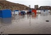 کرمانشاه| کانکسهای زلزلهزدگان در محاصره آب باران؛ خبری از امداد مسئولان نیست + فیلم