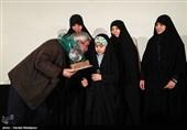 تجلیل خانوادههای شهدای مدافع حرم از ابراهیم حاتمیکیا