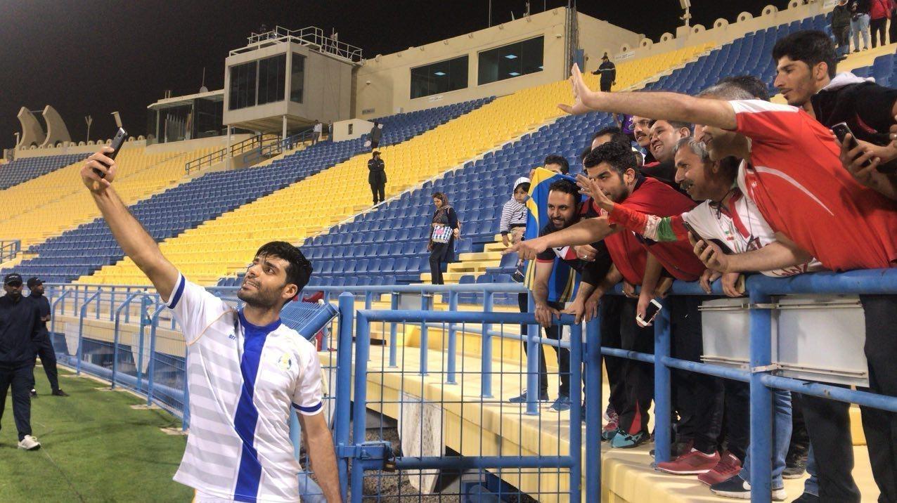 سلفی طارمی با تماشاگران ایرانی پس از پیروزی الغرافه