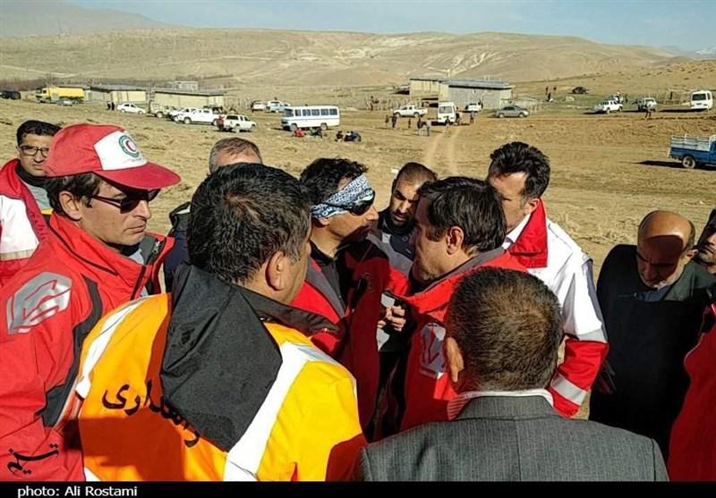 اصفهان| نیروهای امدادی از هر روزنهای برای رسیدن به محل سقوط هواپیما استفاده میکنند