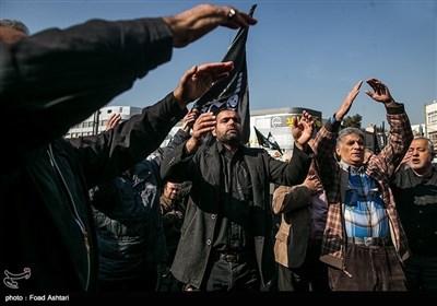 عزاداران فاطمی سیاہ پرچم لئے تہران کی سڑکوں پر
