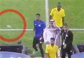"مشجعون سعودیون یرمون لاعبی فریق ""النصر"" بالأحذیة"