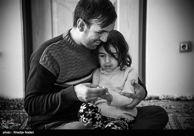 تنها دلخوشی مهدی پایدار همان بازیهای کودکانه ایست که نابینایش کرد ولی امروز با آغوشی باز آنهارا با امنیت پدرانه به دخترش تقدیم میکند.