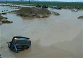 خوزستان| سیلاب در محور مواصلاتی دهلران به اندیمشک؛ خودروی پراید طعمه سیلاب شد