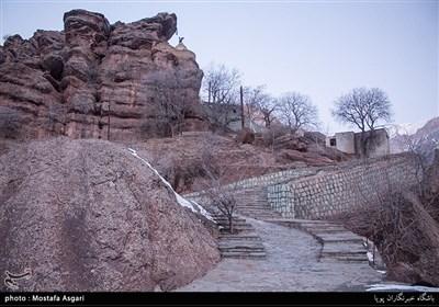 زائران باید مسیری صعب العبور به طول 780 متر را در سینه کش کوه طی کنند.