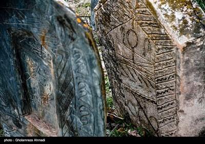 سنگ مزارهای سده دهم و یازدهم علاوه بر تزیینات اسلیمی که کاملا به صورت متقارن انجام شده از نقوش هندسی نیز برخوردار است و با ظرافت و زیبایی دایرههای تزیینی و گلهای چندپر که نماد گردونه خورشید است بر آنها حجاری شدهاند.
