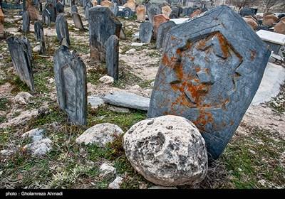 نقوش هندسی حک شده روی سنگمزارها عبارتند از دایره، مربع و مثلث. این تصاویر هندسی کلید رمز عناصر مهمی چون زندگی و رستاخیز پس از مرگ است.