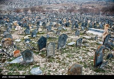 علت نامگذاری این قبرستان به سفیدچاه هم رنگ خاک سفیدش است که ناشی از آهک بسیار آن است.