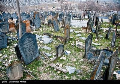 قبرستان سفید چاه که به «قبرستان سپید» نیز شهرت دارد، در شهرستان بهشهر، بخش یانه سر، روستای سفید چاه واقع شده که مربوط به دوره تیموریان است و اولین قبرستان مسلمانان در ایران به شمار میرود.