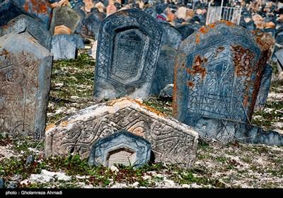 در روستای سفیدچاه رسم بوده است که سنگ قبر مردگان را بر اساس شغل آنها حکاکی میکردند، اما بعد از مرگ آخرین بازمانده سنگتراشان و حکاکان مصیب محله، عمر حکاکی روی سنگها هم به پایان رسیده و درگذشتگان جدید روستا، با سنگهای امروزی دفن میشوند.