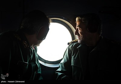 سرلشکر محمدعلی جعفری فرمانده کل سپاه پاسداران داخل بالگرد، هنگام بازگشت از مراسم افتتاح مرکز آموزش هوانوردی و تعمیرات تخصصی بالگرد سپاه
