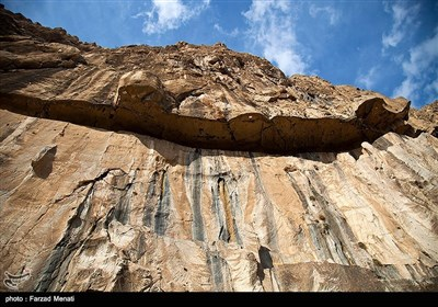 کوه بیستون در 32 کیلومتری شهرکرمانشاه قرار دارد. سنگنبشته بیستون به فرمان داریوش بر روی کوه به خط میخی اکدی، عیلامی و پارسی باستان نوشته شده. 28 اثر از آثار تاریخی کوه بیستون در فهرست آثار ملی و 13 اثر همراه سنگنبشته به ثبت جهانی رسیده است