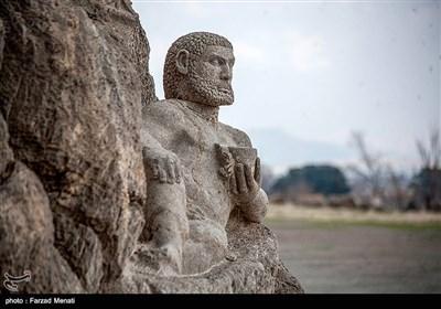 مجسمه هرکول در بیستون در سال 1327 هجری هنگام احداث جاده آسفالته همدان به کرمانشاه در دامنه کوه کشف شد . پیکره هرکول شخص نیرومندی را نشان می دهد .