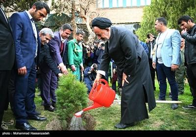 کاشت درخت توسط حجت الاسلام سید محمود دعایی