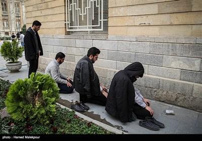 اقامه نماز ظهر و عصر توسط دانشجویان مقابل وزارت امور خارجه