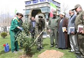 وزیر دفاع دو اصله نهال درجوار مزار مطهر شهدا گمنام غرس کرد