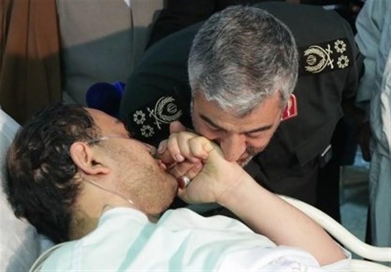 بوسه فرمانده سپاه بر دست بسیجی که در ماجرای غائله خیابان پاسداران جانباز شد + عکس