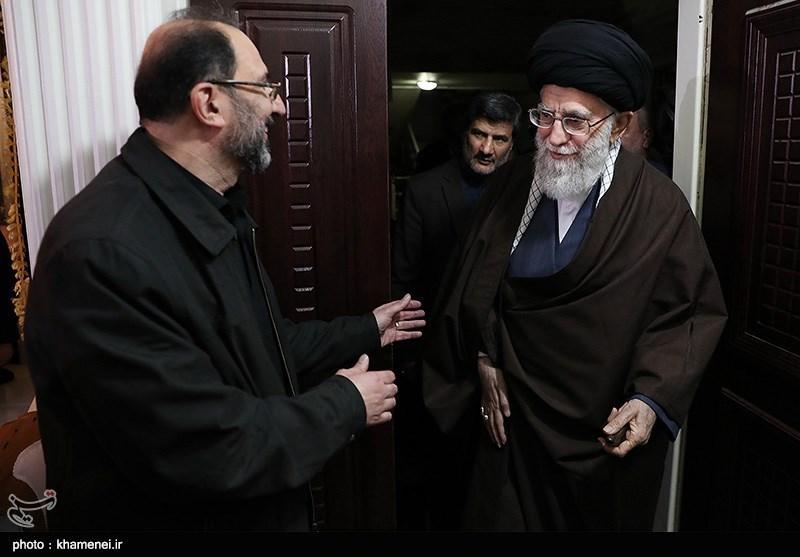 الإمام الخامنئی یزور أسرة أحد شهداء احداث الشغب الأخیرة بطهران+صور