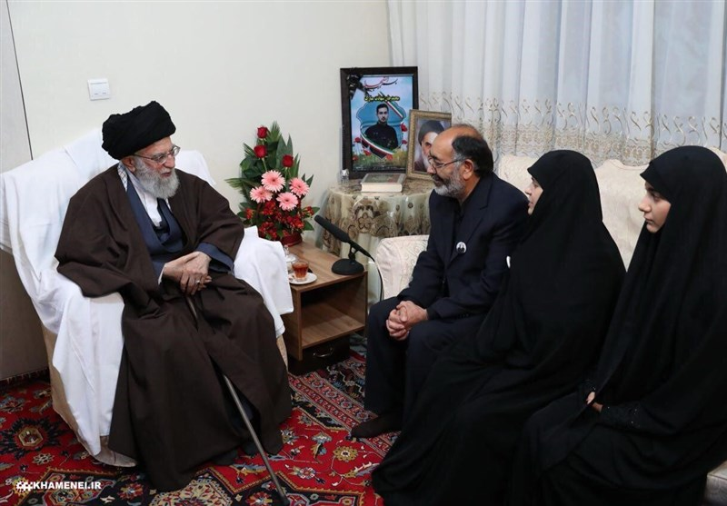 حضور امام خامنهای در منزل یکی از شهدای ناجا