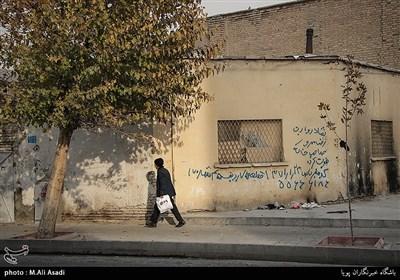 در این محله خانه هایی مخروبه و خالی از سکنه دیده میشود که گاهی محل تجمع معتادان میشود
