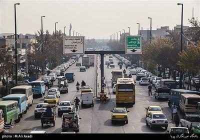 خیابان فدائیان اسلام در ضلع جنوبی میدان شوش قرار دارد