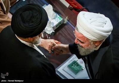 حجتالاسلام حسن روحانی رئیس جمهور و حجتالاسلام سیدابراهیم رئیسی در مراسم افتتاحیه چهارمین اجلاسیه دوره پنجم مجلس خبرگان رهبری