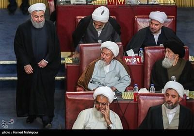 ورود حجتالاسلام حسن روحانی رئیس جمهور به مراسم افتتاحیه چهارمین اجلاسیه دوره پنجم مجلس خبرگان رهبری
