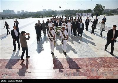نثار تاج گل به آرامگاه محمدعلی جناح قائد اعظم پاکستان توسط محمدجواد ظریف وزیر امور خارجه - کراچی پاکستان